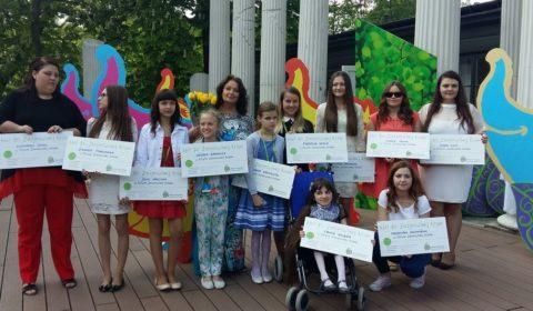 Finalistki 12 edycji Festiwalu Zaczarowanej Piosenki. Julia Walczyna trzecia z lewej. Fot.: Joanna Pieczara
